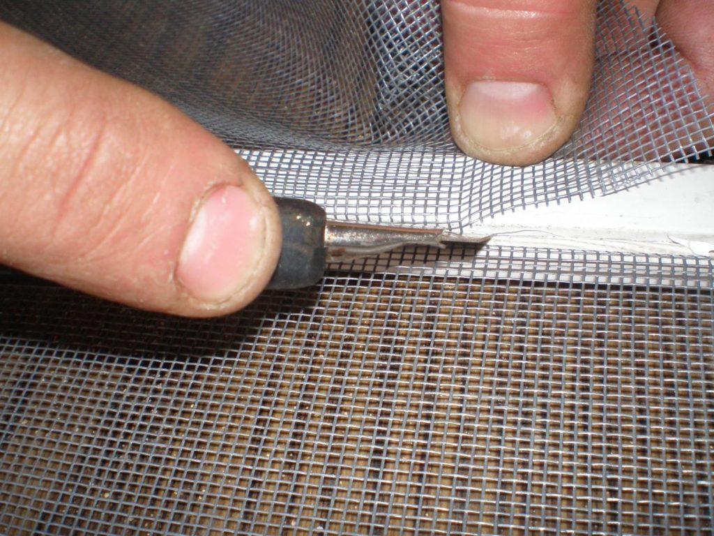 Перетяжка москитной сетки своими руками