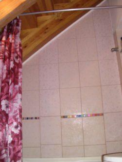 Маленькая удобная и нарядная ванная комната с нишами