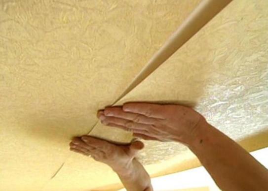 Основные ошибки при оклейке обоями потолка