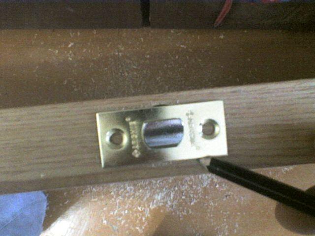 Установка межкомнатной дверной защелки своими руками