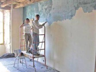 Чем выравнивать стены под обои