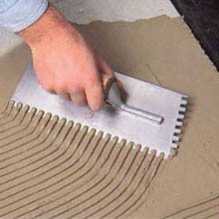 Как наносить клей для укладки плитки