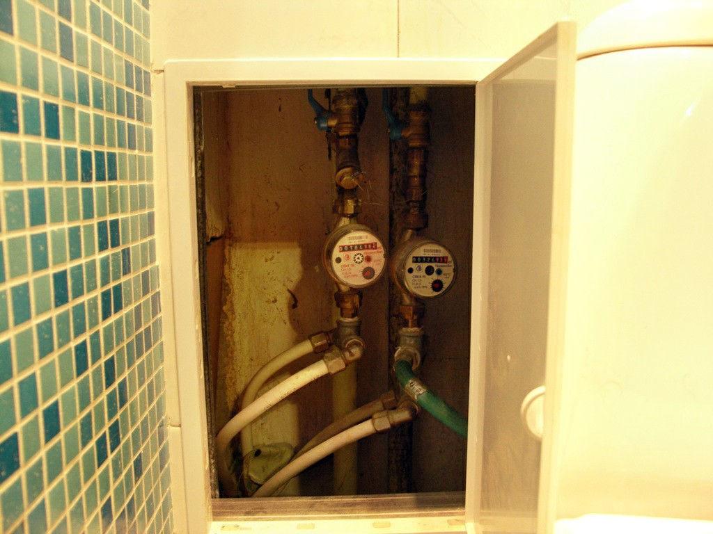 Зашивка сантехнического стояка в туалете с устройством полок