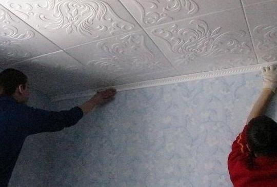 Приклеивание потолочной плитки