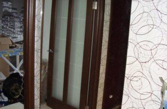 Закрепляем большое зеркало на стене в коридоре