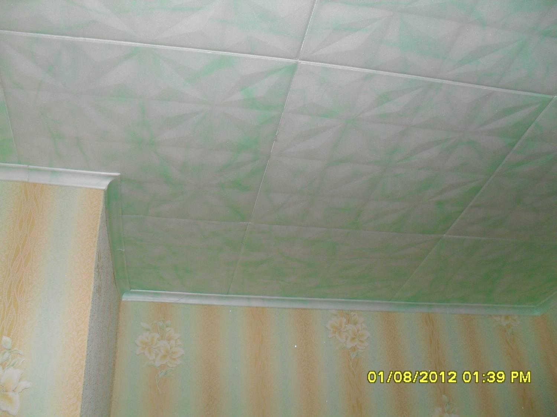 Клеим потолочные плитки