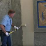Какой грунтовкой обработать стены перед штукатуркой